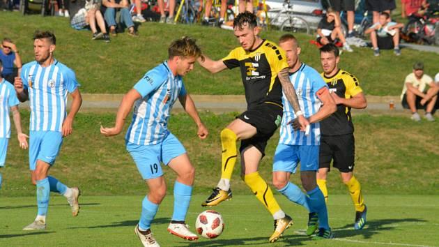 Fotbalisté divizního Strání (v černých dresech) v poháru podlehli druholigovému Prostějovu 1:3.