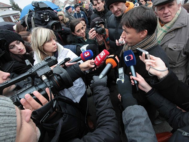 Starosta města Patrik Kunčar v obležení novinářů po tragédii v Uh. Brodě. Ilustrační foto.