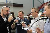 Čtyři šampioni vévodili výstavě vín na zimním stadionu v Hradišti. Výstavu navštívil i Michal Sladký (vlevo) s přáteli