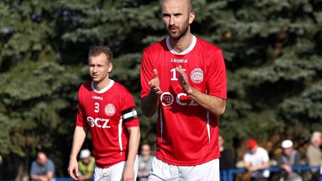 Fotbalisté Uherského Brodu (v červených dresech). Ilustrační foto