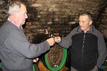 Vojtěch Luža (vpravo) se rozplývá nad krásným letošním vínem