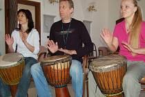 Někteří hudební příznivci dali přednost lekcím hry na africké bubny.