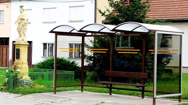 Zbrusu nový přístřešek v centru obce dostali cestující autobusovou dopravou v Kudlovicích.