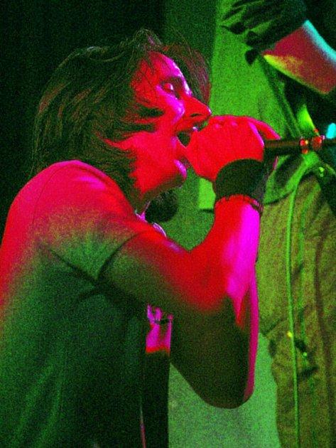 OZDOBA. Bouřlivým vystoupením zpestřila páteční koncert kapela Crashpoint ze Studénky.