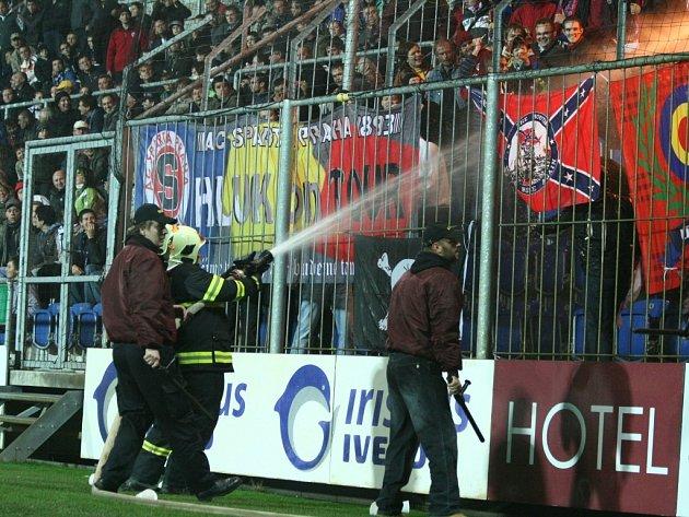 Hašení ohňů či dýmovnic v sektoru fanoušků Sparty bývá pravidlem.