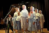 Tancem, hudbou a písní ztvárnili v babickém kulturním domě folkloristé z Kaliny, Cifry a dvou skupinek Hradišťánku jarní zvykosloví.