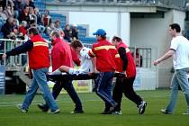 Jaromír Grim je zraněný odnášen ze hřiště.