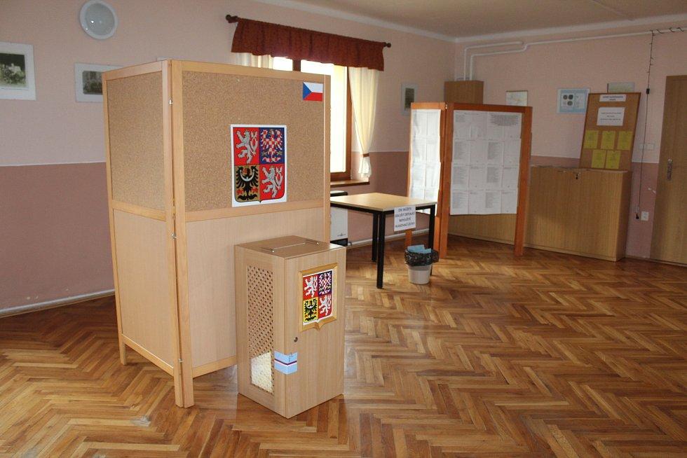Senátní a krajské volby v Hostějově. Sál kulturního domu.