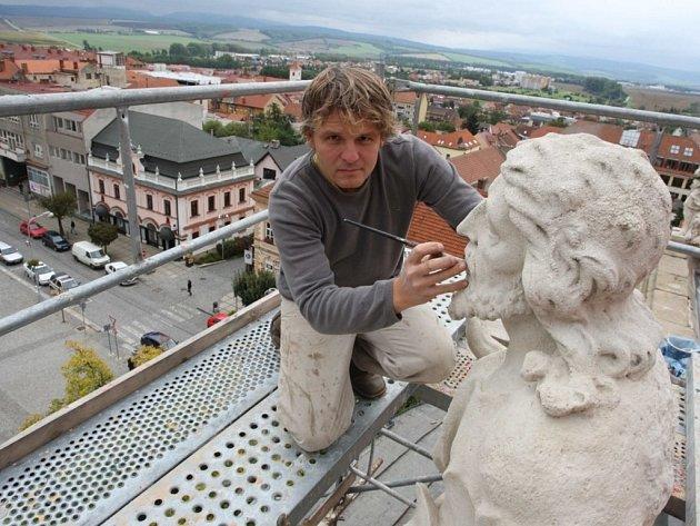 Restaurátor Josef Petr při práci na střeše kostela v Uherském Brodě.