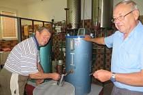 Páleničáři Jan Žufánek a Jan Štokman kontrolují kvalitu čerstvě vypálené kořalky.