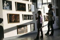 Výstava je instalována v opuštěné tovární hale.