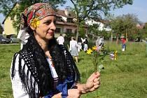 V TRÁVĚ. Zatímco chlapi pilně kosili trávu, ženy ji zase pohrabovaly, polních květů dělaly kytičky a věnečky.