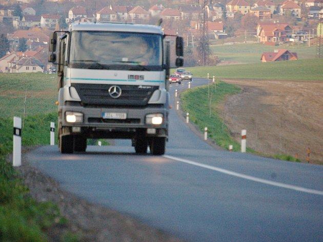 Dosypáním krajnice vozovky vznikl optický klam, silnice se tak úzká řidičům pouze zdá.