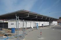 Nový obchodní komplex vyrůstá v blízkosti uherskohradišťského autobusového nádraží.