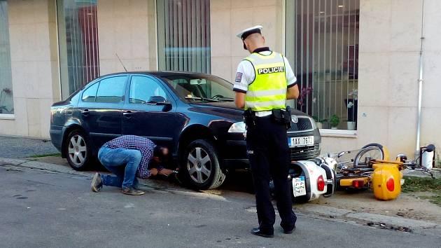 Ke kuriózní nehodě došlo ve středu 11. října krátce před 15. hodinou v samotném centru Uherského Hradiště. Řidič Škody Octavia tam v Růžové ulici nedaleko Masarykova náměstí nešťastnou náhodou zaparkoval svůj vůz přímo na dvou motorkách.