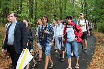 Mládež i dospělí sdvouramennými kříži na prsou šlapou od neděle k Velehradu pěšky.
