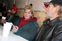 Bezdomovci si přišli na teplý čaj.