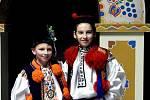 Krojový ples se také v Hluku stal událostí, při níž představili veřejnosti letošního krále a jeho družinu. Došlo k tomu v sobotu 22. února večer v tamní sportovní hale. Vlevo letošní hlucký král Marek Šuránek s vlčnovským králem Davidem Chaloupkou.
