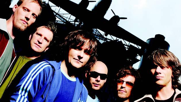 Členové kapely Chinaski nechávají na návštěvnících koncertů k jejich sedmé desce, jaké pozadí scény si zvolí.