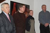 Na vernisáži se setkali čtyři umělci z regionu. Zleva: Zdeněk Hudeček, František a Lucie Chrástkovi a Vladimír Zálešák