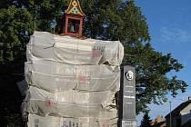 Zvonice dostává v těchto dnech nový kabát. K obnově pomníku před ní došlo loni na podzim.