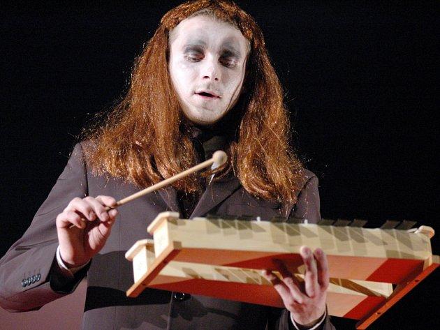 I když má hereckou úlohu, musí Petr Žajdlík plnit ve stejné hře povinnosti kulisáka.