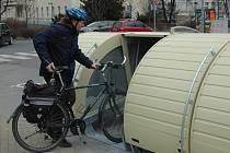 V pátek 28. února byly oficiálně uvedeny do provozu nové uzamykatelné boxy na jízdní kola v u vlakového nádraží v Uherském Hradišti.