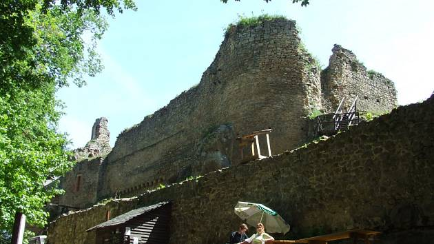 Hradní palác s bývalou věží v celé své kráse.