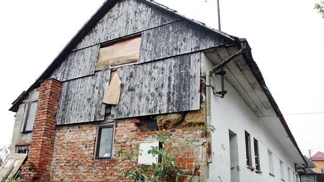 Za zdmi tohoto zpustlého rodinného domu v lokalitě Chaloupky se krvavé neštěstí zřejmě odehrálo.