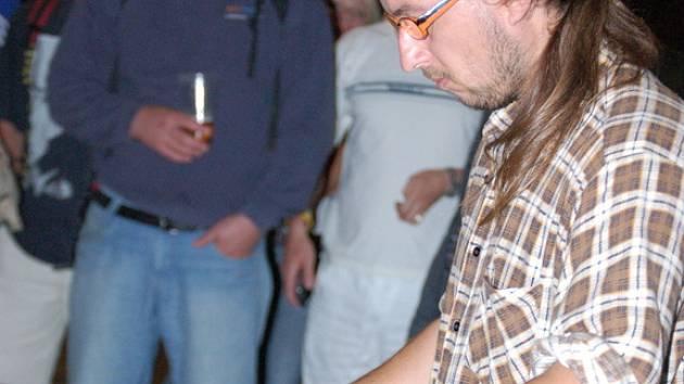 Na sklenice se dá zahrát i slovácký folklor.