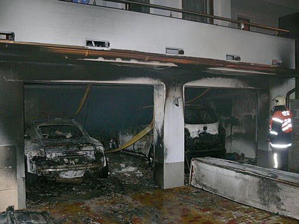 Rozsáhlý požár dvojgaráže rodinného domu v Uherském Brodě.