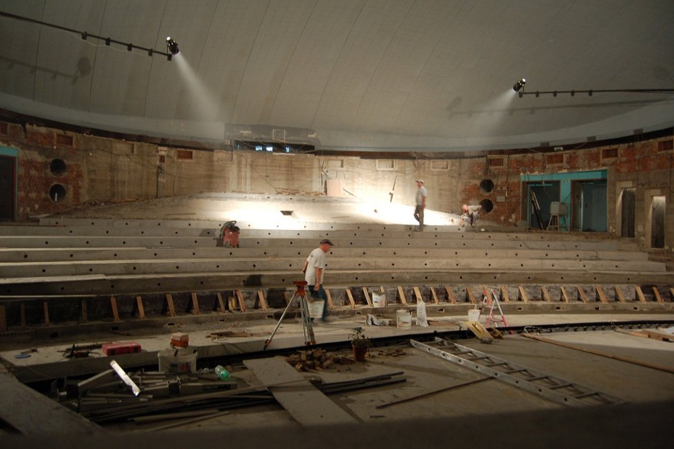 Více než kdykoli předtím připomínal v roce 2010 interiér kina Hvězda protiatomový kryt. Dělníci rozšiřují stupně pro osazení budoucích sedadel a připravují usazení nové vzduchotechniky.
