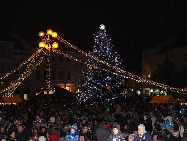 V Uherském Hradišti na Masarykově náměstí odstartoval starosta Stanislav Blaha letošní Vánoce rozsvěcením vánočního stromu jménem Štístko, které vybrali čtenáři Slováckého deníku.