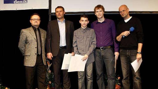 Úspěšní sportovci s šéfredaktorem Slováckého deníku Pavlem Bohunem (zcela vlevo) a ředitelem Televize Slovácko Janem Dudkem (zcela vpravo).