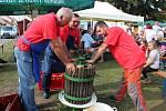 HOLD MOŠTU. VHuštěnovicích si přišli na své milovníci jablečného moštu, burčáku, vína a dobré zábavy.