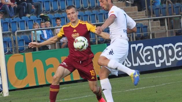 Uherské Hradiště Fotbal Synot liga 1. FC Slovácko - FK Dukla Praha. Libor Došek se za chvíli zbaví Lukáše Štětiny a vstřelí první gól zápasu.