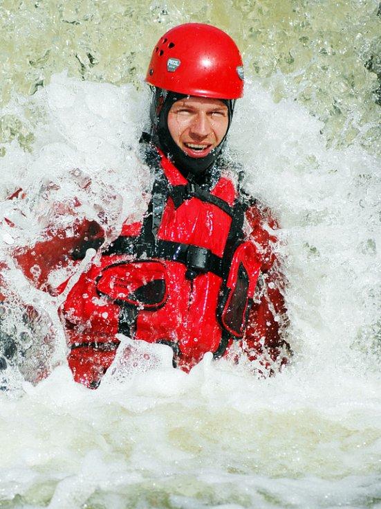 Společné cvičení hasičů a vodních záchranářů na jezu v Uherském Ostrohu.