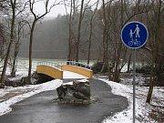 Kámen na nové cyklostezce má zabránit vjezdu automobilů na ni.