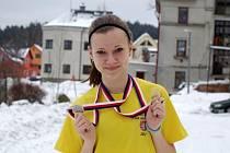pokojená Kateřina Vávrová v mistrovském triku a s oběma medailemi, které si domů do Uherského Hradiště odvezla z jabloneckého šampionátu.