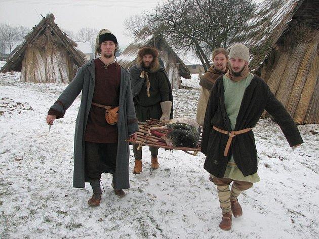 Muži zamířili s pašíkem k porcování.