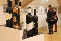 Součástí Slavností vína v Uherském Hradišti se stala také výstava vinných etiket pod názvem Vinum idea et gaudium.