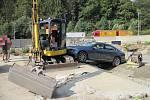Řidič narazil do bagru, když se snažil projet výstavbou silnice l/50