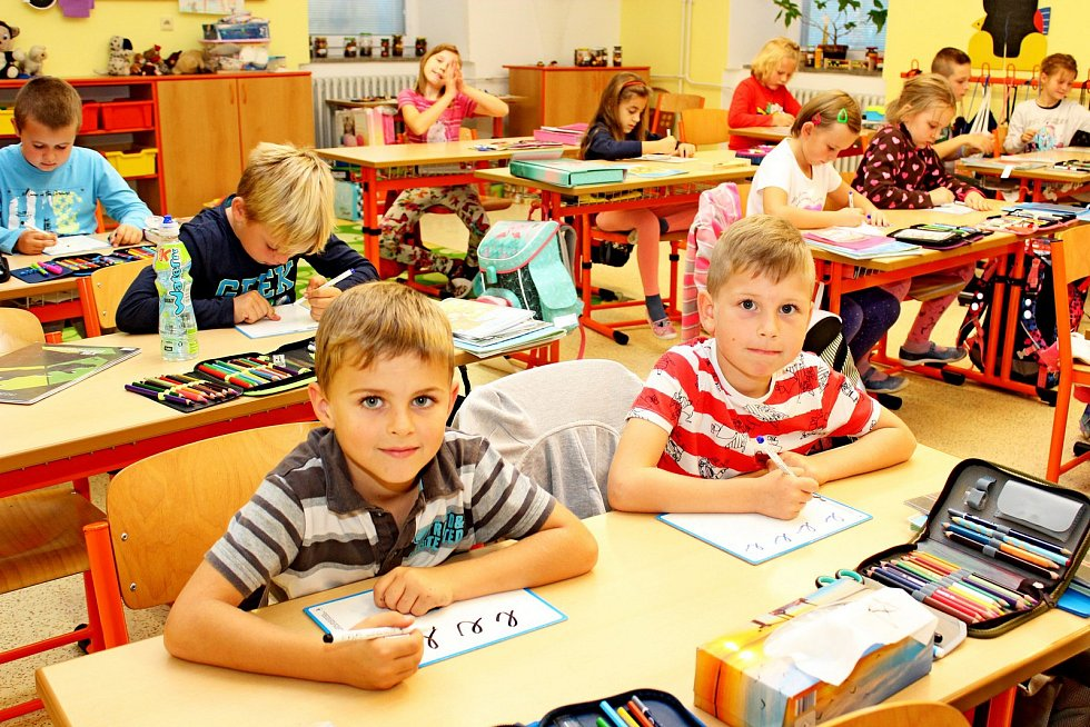 Prvňáčci tupeské školy střídní učitelkou Hanou Kočendovou.