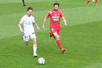 Záložník Slovácka Milan Petržela (vlevo) vstřelil Zbrojovce jubilejní padesátý gól.