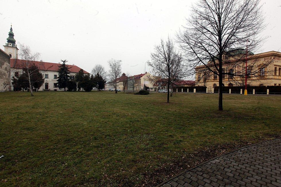 Františkánskému klášteru v Uherském Hradišti patří také prázdná parcela u průtahu městem směrem ke Knihovně B. B. Buchlovana. Tu radnice kupuje i s klášterním areálem.