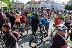 Z uherskohradišťského Masarykova náměstí odstartoval v sobotu 28. dubna už třináctý ročník symbolického otevírání cyklostezek na Slovácku Na kole vinohrady.