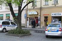 Brutálnímu útoku čelila ve středu 16. dubna krátce po 17. hodině na Masarykově náměstí v Uherském Hradišti 55letá prodavačka zlatnictví.