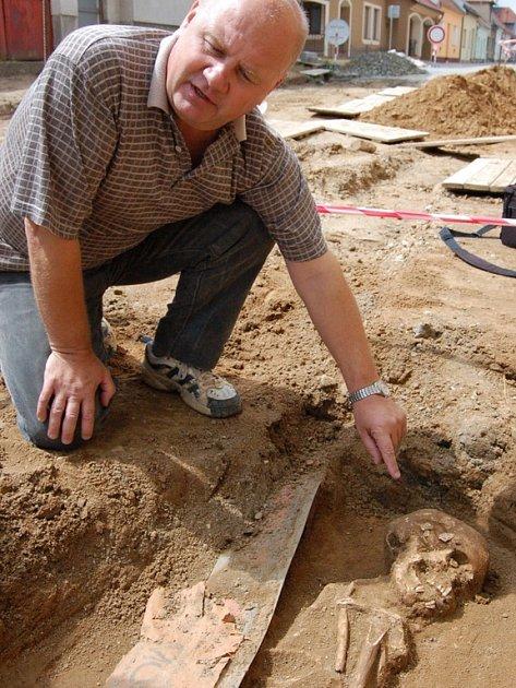 Luďkovi Galuškovi se ve Starém Městě podařilo objevit už více než dva tisíce hrobů.