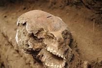 Právě v tomto výkopu čekalo překvapení v podobě dvojice lidských ostatků. Nalezená ženská lebka navíc skrývala unikátní zlatý gombík.