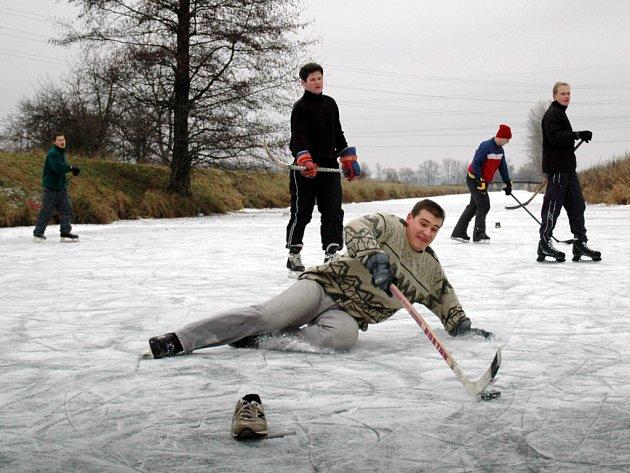 Baťův kanál je zejména o vánočních svátcích oblíbeným místem pro rekreační bruslaře i sportovce, kteří si tam chodí zahrát hokej. Mimo zábavy však zamrzlá plocha skrývá také nebezpečí.